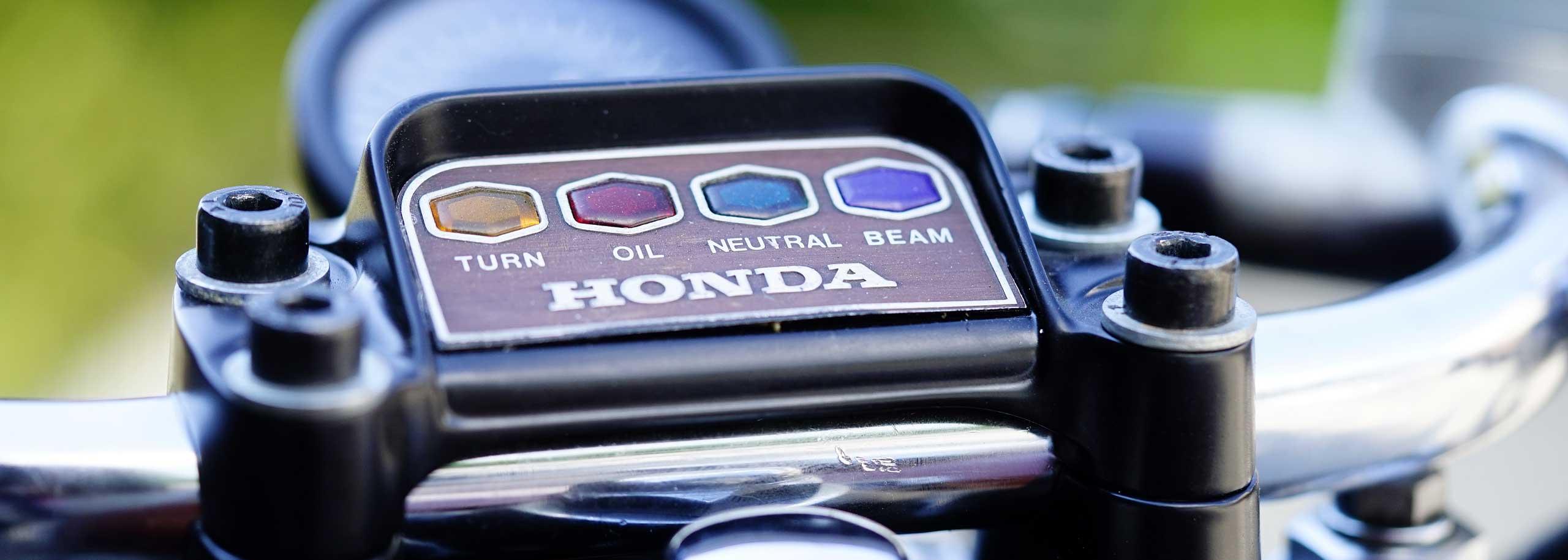02_TITAN-SAKURA_Honda-CB500-Four_Cafe-Racer-Graz-Motorrad-Umbau-Austria-Vintage_Custom-Bikes_Zweirad_Vierzylinder_Auspuff-Heck-Sattel-Classic