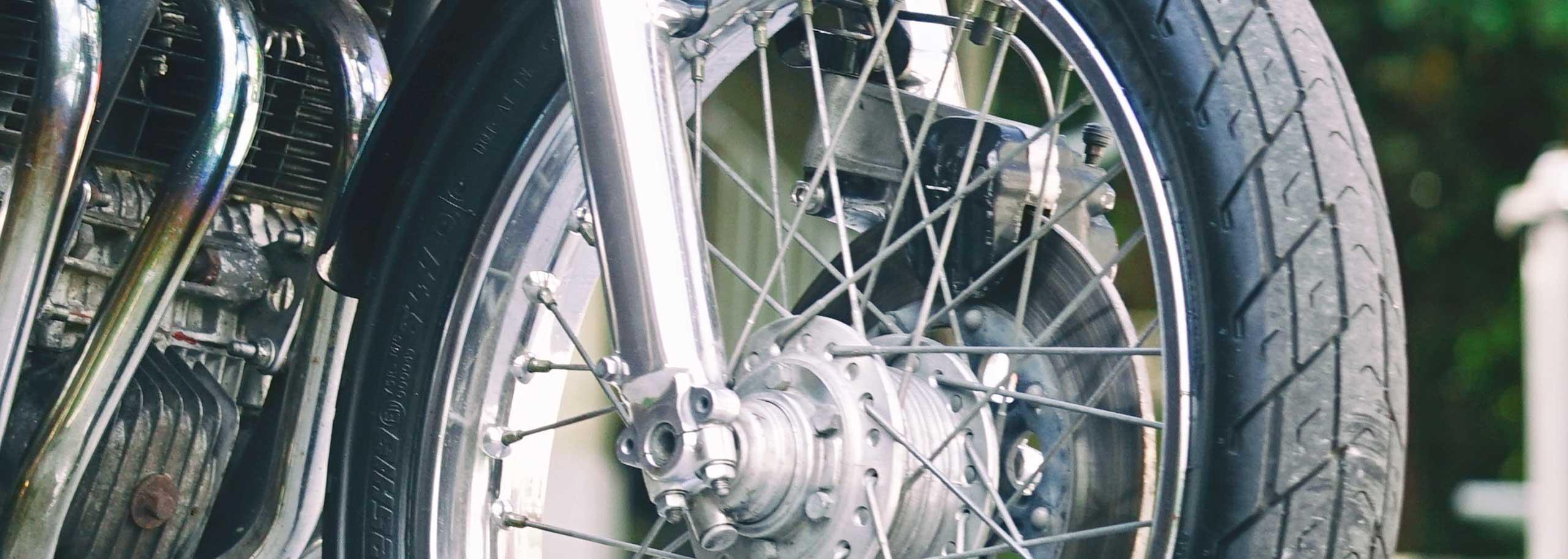04_TITAN-SAKURA_Honda-CB500-Four_Cafe-Racer-Graz-Motorrad-Umbau-Austria-Vintage_Custom-Bikes_Zweirad_Vierzylinder_Auspuff-Heck-Sattel-Classic