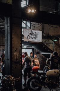 Cafe-Racer-Lifestyle-Fashion-Streetwear-Foodtrucks-Music-Workshops-Handcraft-Custom-Bikes-Motorrad-Umbauten_2018_Moto-Circle-Festival_(c)Max-Mauthner_2000px_08774 (1)
